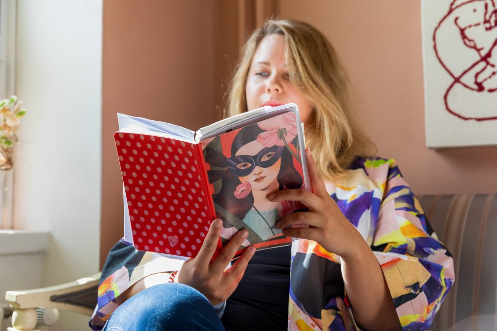 Tohtorikoulutettava Karoliina Sjö lukemassa päiväkirjaa