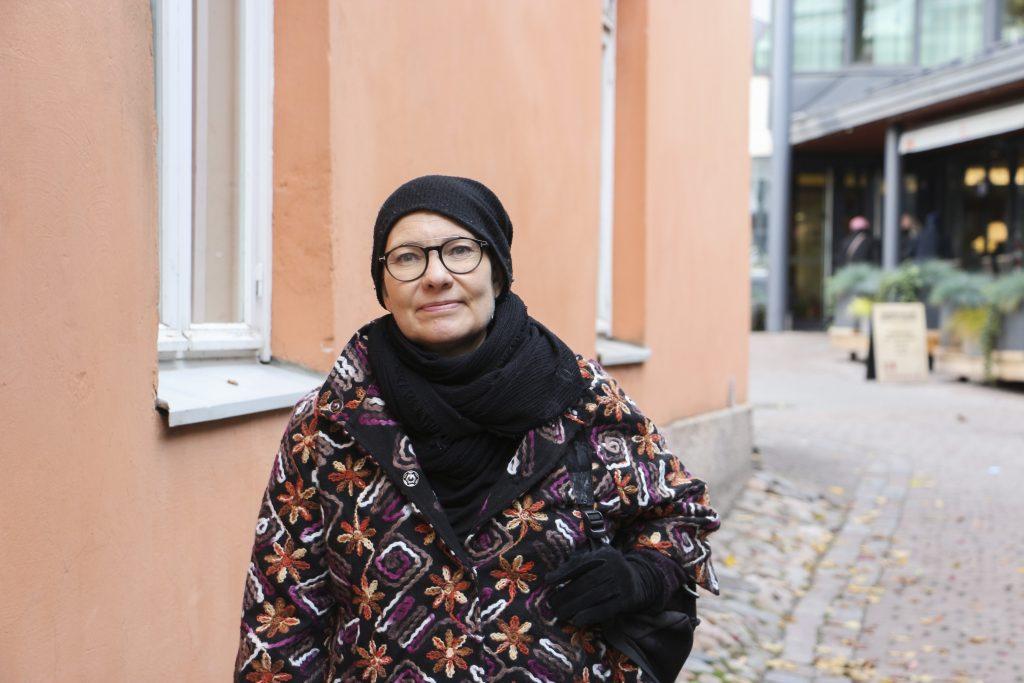 Liisa Seppänen Casagrandentalon edessä.