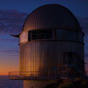 NOT-teleskooppi auringonnousun aikaan