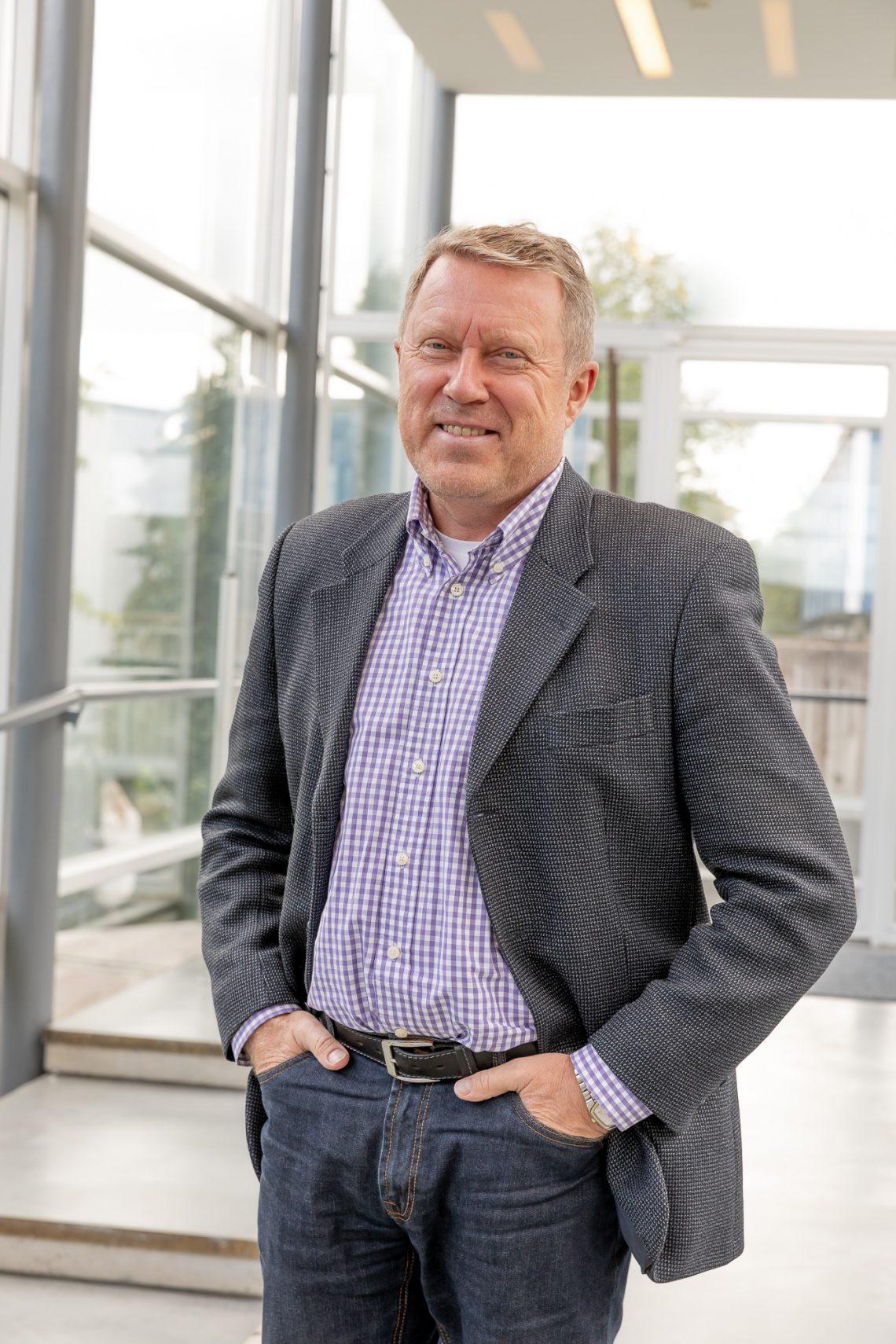 Rehtori Jukka Kola katsoo hymyillen kameraan.