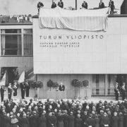musta-valkoinen kuva päärakennuksen inskription paljaljastuksesta.