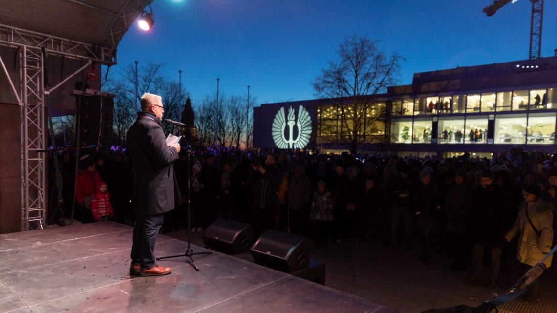 Jukka Kola puhumassa yleisölle.