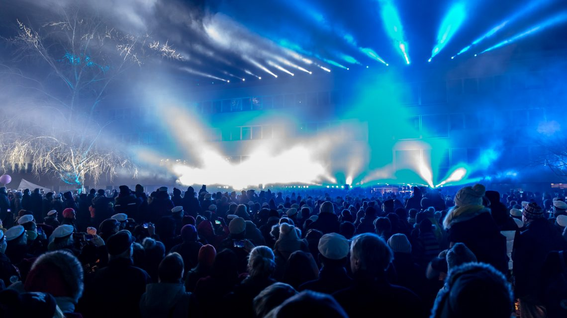 Yleisöä katsomassa laservaloshowta.
