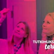 """Pilvi Riihilä ja Pia Vihinen laboratoriossa. Kuvan päällä purppura väripinta ja teksti """"Tutkimuksella terveyttä""""."""