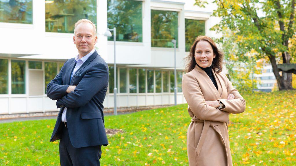 Vararehtori Mika Hannula ja koulutuspäällikkö Sari Stenvall-Virtanen. Taustalla yliopiston päärakennus.
