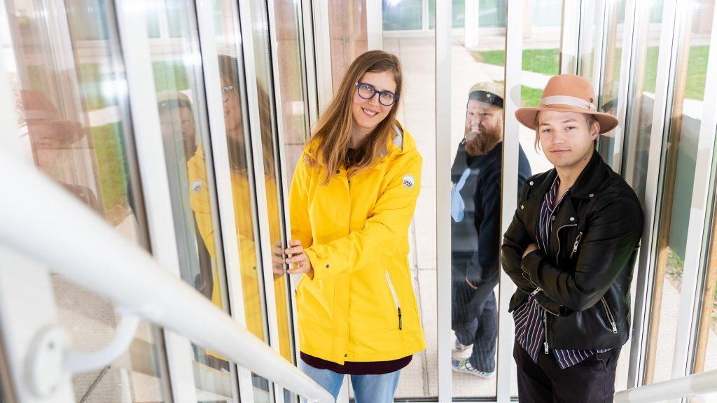 Tekniikan opiskelijat Linda Broere ja Tatu Hanski ja tuutori Jeremi Nyyssönen