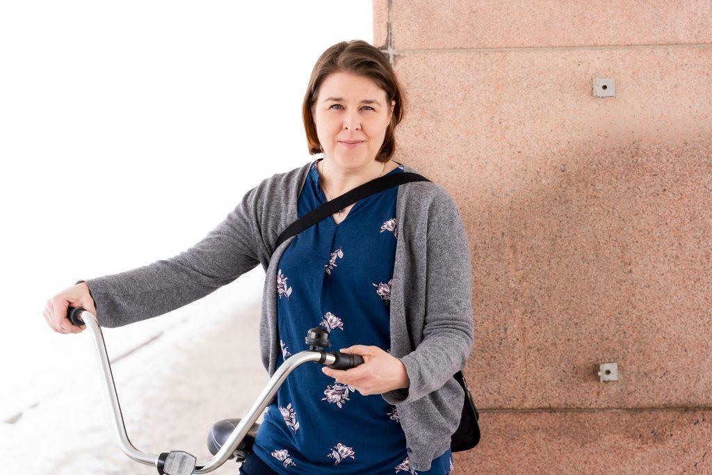 Paula Salo Yliopistonmäellä polkupyörän kanssa